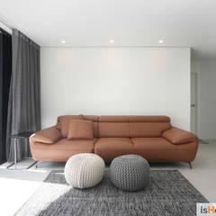 내추럴한 감성이 담긴 부천 아파트 인테리어 : 이즈홈의  거실