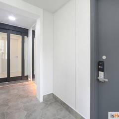내추럴한 감성이 담긴 부천 아파트 인테리어 : 이즈홈의  복도 & 현관,미니멀