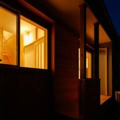 Casas ecológicas de estilo  por 有限会社幸総合設計
