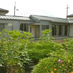 公園の中の小さな集会所: 有限会社幸総合設計が手掛けた会議・展示施設です。,モダン