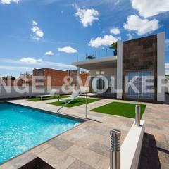 DETACHED VILLAS WITH PRIVATE POOL: Villas de estilo  de Engel Voelkers Agencia Inmobiliaria Orihuela Costa