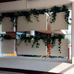 Cortina vegetal colgante con jardineras: Terrazas de estilo  de Systemclip by Serastone