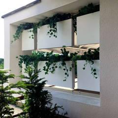 Terraza en ático. Cortina vegetal.: Terrazas de estilo  de Systemclip by Serastone