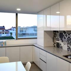 Küchenzeile von Area design interiores - cozinhas em Braga