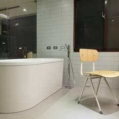 Bathroom by 直方設計有限公司