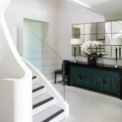 Villa à Genève: Couloir et hall d'entrée de style  par Antoine Chatiliez,
