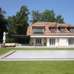 Jardin et piscine: Piscines privées de style  par Antoine Chatiliez