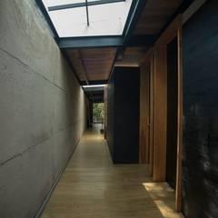 CASA DEL BOSQUE  / Tepoztlán Mor.: Pasillos y recibidores de estilo  por Talle A / Arquitectos