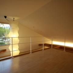 ロフト: 塚野建築設計事務所が手掛けた寝室です。