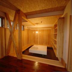Dormitorios juveniles  de estilo  por 株式会社高野設計工房