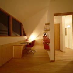 子供室 夜景: 株式会社高野設計工房が手掛けた子供部屋です。
