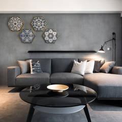 Living room by 東江齋空間設計