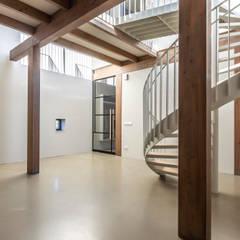 Longhouse:  Gang en hal door Boon architecten