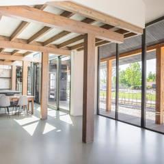 Longhouse: moderne Woonkamer door Boon architecten