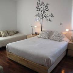 Apartamento T2 Avenidas Novas: Quartos  por EU LISBOA