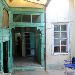 Front yard by Restorizm Mimarlık Restorasyon Proje Taah. Ltd. Şti