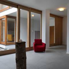 The Courtyard House: Sala da pranzo in stile  di FTA Filippo Taidelli Architetto