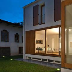 The Courtyard House: Case in stile  di FTA Filippo Taidelli Architetto