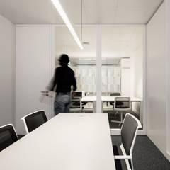 GABINETE: Escritórios e Espaços de trabalho  por OW ARQUITECTOS lda | simplicity works