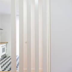 Mediterranean style corridor, hallway and stairs by [i]da arquitectos Mediterranean