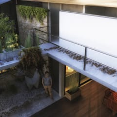 Patio de acceso principal: Casas ecológicas de estilo  por Rr+a  bureau de arquitectos