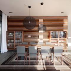 Hampton house - современный загородный дом: Столовые комнаты в . Автор – Роман Леонидов - Архитектурное бюро