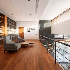 Hampton house - современный загородный дом: Рабочие кабинеты в . Автор – Роман Леонидов - Архитектурное бюро