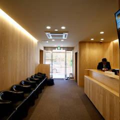 秋元眼科クリニック: 塔本研作建築設計事務所が手掛けた医療機関です。,モダン 木 木目調
