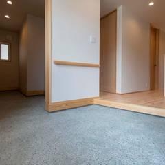 Pasillos y hall de entrada de estilo  por 塚野建築設計事務所