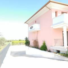 Villa a schiera con tre camere da letto : Villa a schiera in stile  di CASA ITALIA Agenzia Immobiliare
