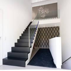 Aufgesattelte Treppe mit Glasgeländer:  Treppe von Holzmanufaktur Ballert e.K.