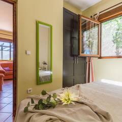 Home Staging y Fotografía en apartamento vacacional en Villa El Castillo: Dormitorios de estilo  de Home & Haus | Home Staging & Fotografía