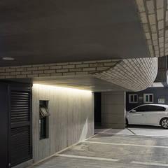 Garage/shed by 보편적인 건축사사무소