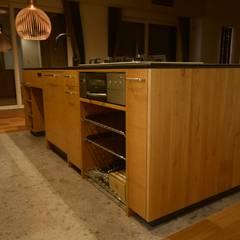 キッチン側全体の様子: 注文家具屋 フリーハンドイマイが手掛けたキッチン収納です。