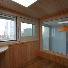 interior by INARK 서울 레이크팰리스 아파트 올리모델링 인아크 건축 설계 인테리어 디자인: inark [인아크 건축 설계 디자인]의  베란다
