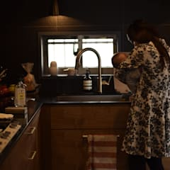Kitchen units by 注文家具屋 フリーハンドイマイ
