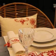 BORDADO DE GUIMARÃES: Salas de jantar  por CRIVART - Genuine Soul, LDA