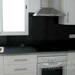 Colocación de carpintería de PVC en cocina: Cocinas pequeñas de estilo  de Kevin Raeymaekers - KP Decor Studio