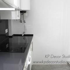 Colocación de calentador electrico en cocina: Cocinas pequeñas de estilo  de Kevin Raeymaekers - KP Decor Studio