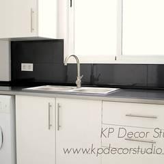 Colocación de ventana de PVC en cocina: Cocinas pequeñas de estilo  de Kevin Raeymaekers - KP Decor Studio