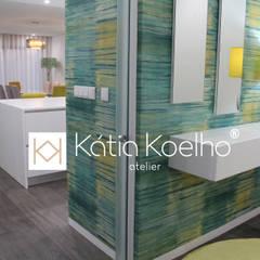 Projeto de Moradia em Esposende: Corredores e halls de entrada  por Atelier Kátia Koelho