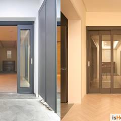 화이트 그레이 모던하고 심플한 복층 주택 인테리어: 이즈홈의  복도 & 현관,모던