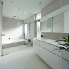 TWIN COURT HOUSE: 株式会社横山浩介建築設計事務所が手掛けた浴室です。,モダン
