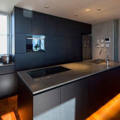 TWIN COURT HOUSE: 株式会社横山浩介建築設計事務所が手掛けたキッチンです。