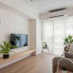 翩翩:  客廳 by 寓子設計