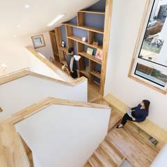 좁은땅을 디자인으로 극복한 용인주택 모던스타일 서재 / 사무실 by 주택설계전문 디자인그룹 홈스타일토토 모던 우드 우드 그레인