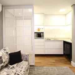 Cocinas pequeñas de estilo  por Serra Vaz Arquitetura e Design de Interiores