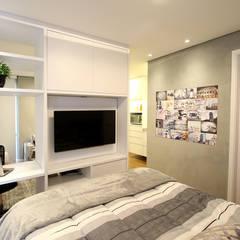 Painel TV giratório: Quartos  por Serra Vaz Arquitetura e Design de Interiores