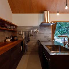 庭とつながる家: 悠らり建築事務所が手掛けたキッチン収納です。,