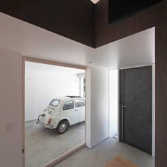 Garajes prefabricados de estilo  por YIA イシウエヨシヒロ建築設計事務所